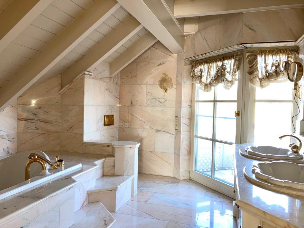 Masterbad mit Wanne und Dusche